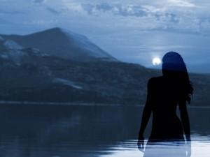 Η γυναίκα που προσπαθούσε να σκαρφαλώσει τη λίμνη