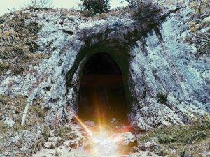 Το φως είναι έξω από τη σπηλιά